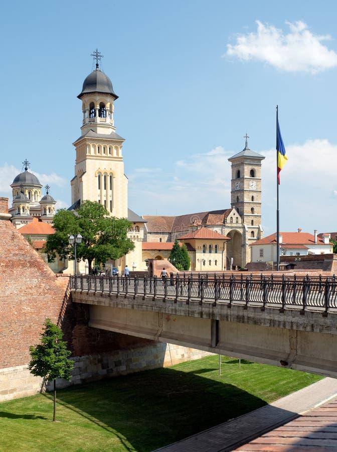 Pareti della cittadella di Alba Iulia con Orthodx e le cattedrali cattoliche, R immagini stock libere da diritti