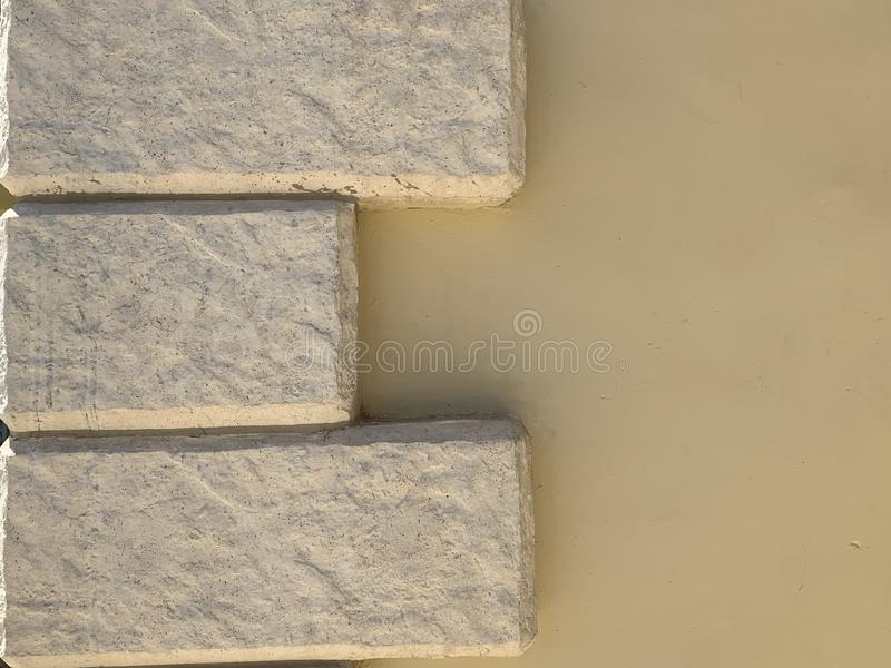 Pareti di colore beige con i mattoni Una buona idea per la vostra idea con un recinto o una casa fotografie stock libere da diritti