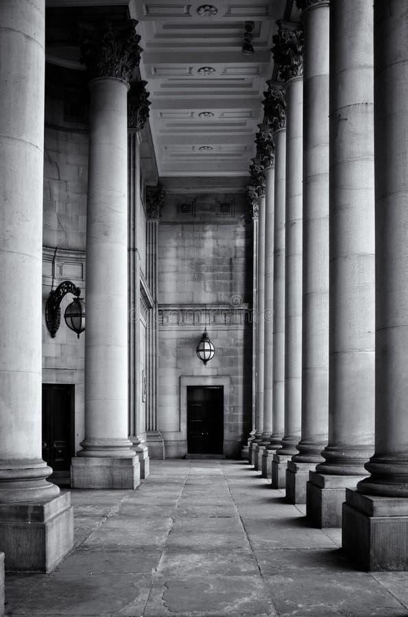 Pareti di pietra e porta delle colonne classiche alte monocromatiche nel portico del municipio di Leeds in West Yorkshire fotografia stock