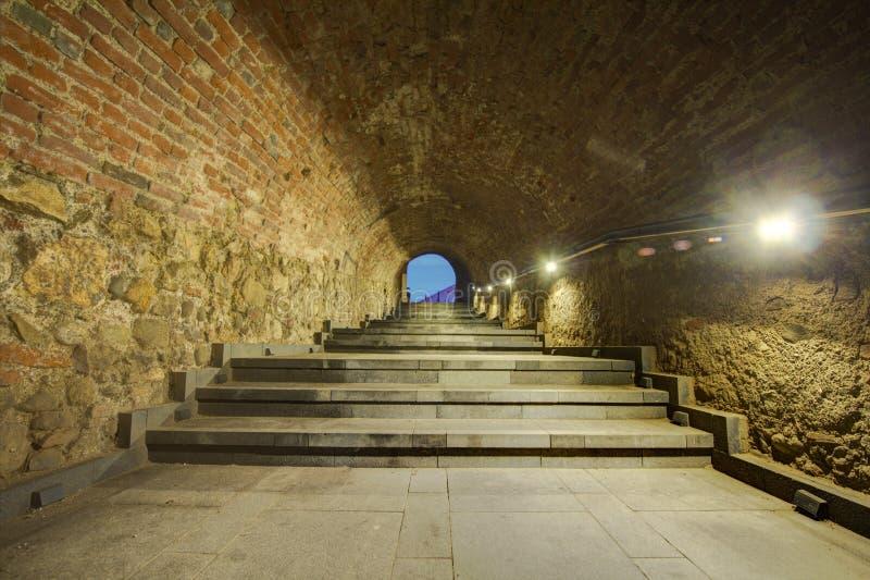 Pareti di pietra tunnel e fondo delle scale fotografie stock libere da diritti