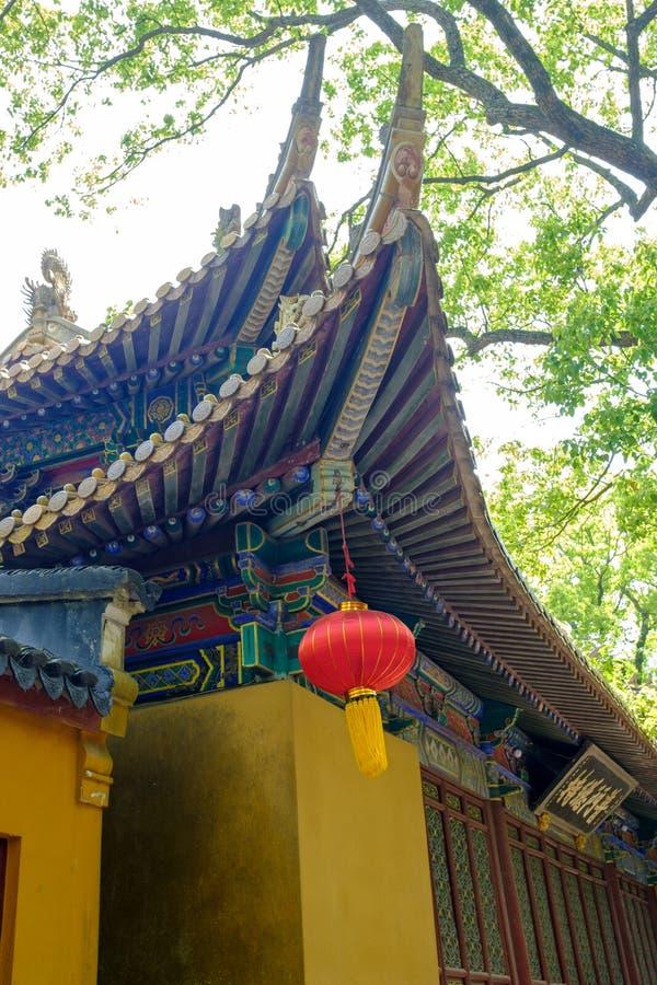 Pareti e cornicioni gialli del tempio buddista di Putuoshan immagine stock