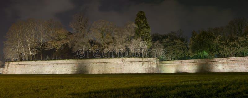 Pareti ed alberi della città di Lucca. Vista panoramica di notte. La Toscana, Italia fotografie stock