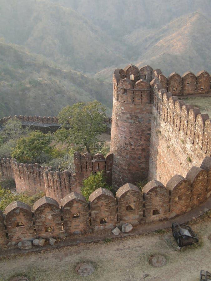 Pareti fortificate della fortificazione di Kumbhalgarh fotografie stock
