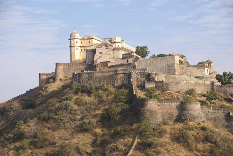 Pareti fortificate della fortificazione di Kumbhalgarh fotografia stock