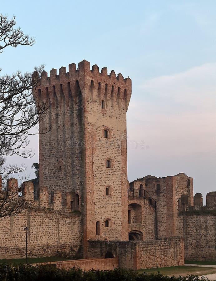 Pareti fortificate di rovina del castello di Este fotografia stock