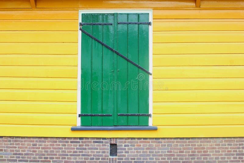 Pareti gialle della vecchia della casa finestra olandese anteriore dell'otturatore, Paesi Bassi immagini stock