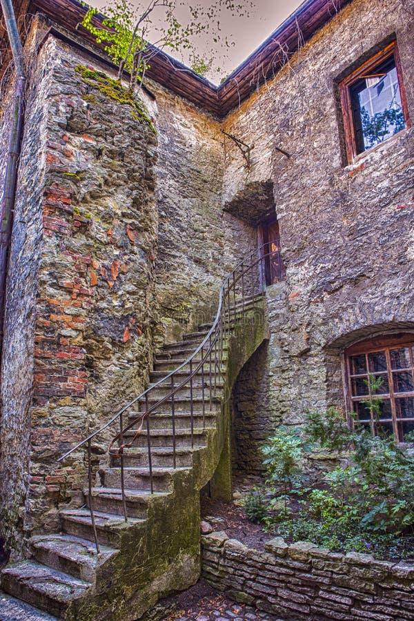 Pareti pavimentate e pietrose di Abbey In Tallinn antica in Estonia immagini stock