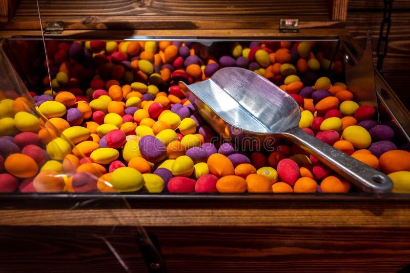 Parez, barre du stock de bonbons Sucrerie délicieuse ronde avec un scoop en métal photos libres de droits