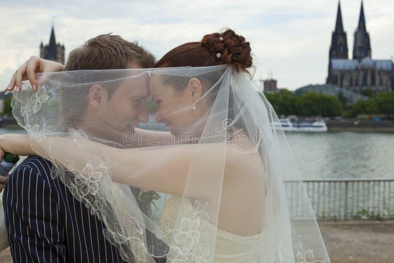 parförälskelsebröllop royaltyfri bild