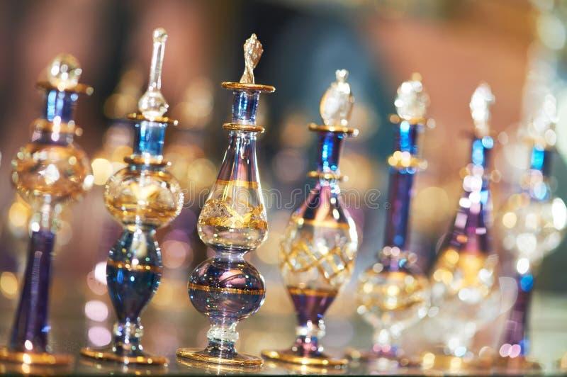 Parfüm oder Öl in den dekorativen Glasflaschen lizenzfreie stockfotos