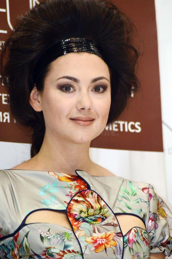 Parfümerie Intercharm XXI internationale und Kosmetik-Ausstellung junge Brunettefrau mit dem bezaubernden Haar stockbild