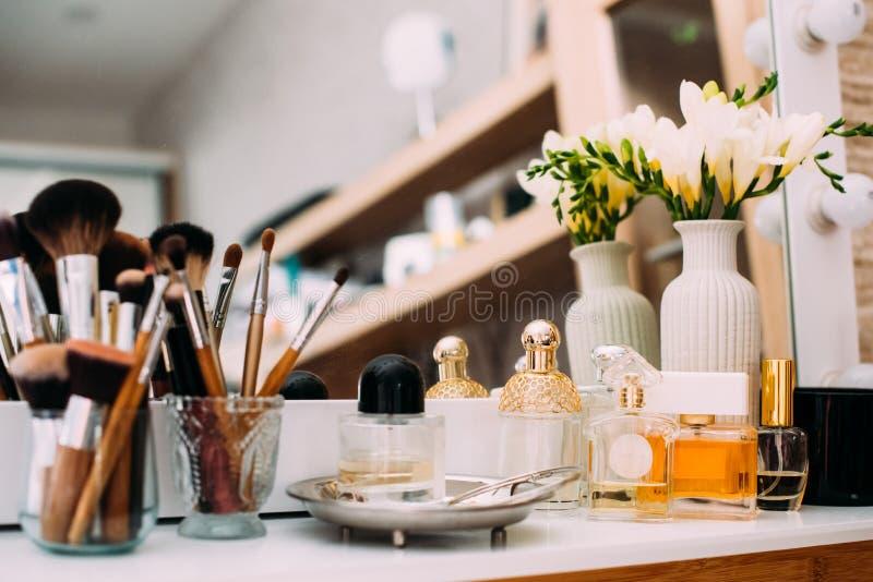 Parfümerie und Kosmetik auf einer Frisierkommode mit einem Spiegel lizenzfreie stockfotos