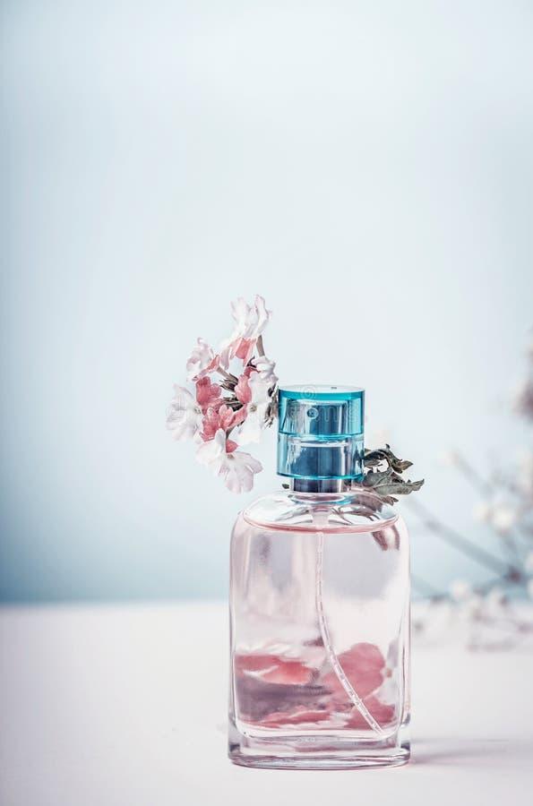 Parfümflasche mit Blumen, Vorderansicht Parfümerie, Kosmetik, botanisches Duftkonzept Gebrauch als Musterfülle, Hintergrund lizenzfreie stockfotografie