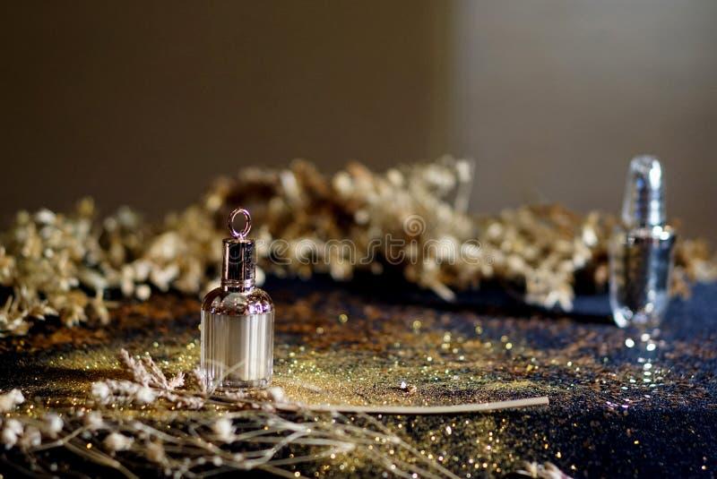 Parfümflasche mit Goldhintergrund stockbild