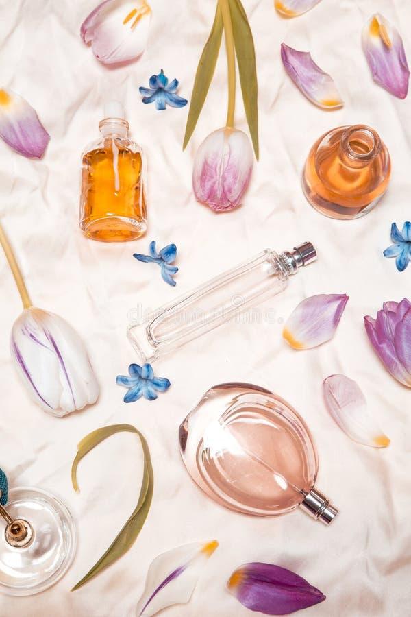 Parfümflaschen auf Seide stockfotografie