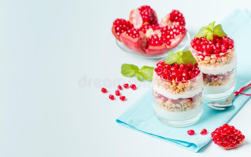 Parfait гранатового дерева - сладостный органический наслоенный десерт с хлопьями granola, югуртом и зрелыми семенами плодоовощ стоковые фотографии rf