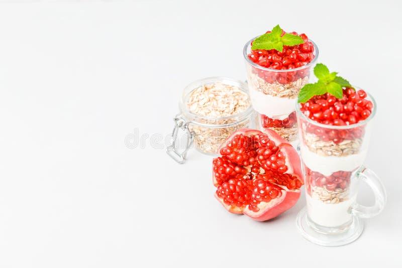Parfait гранатового дерева - сладостный органический наслоенный десерт с хлопьями granola, югуртом и зрелыми семенами плодоовощ стоковые изображения rf
