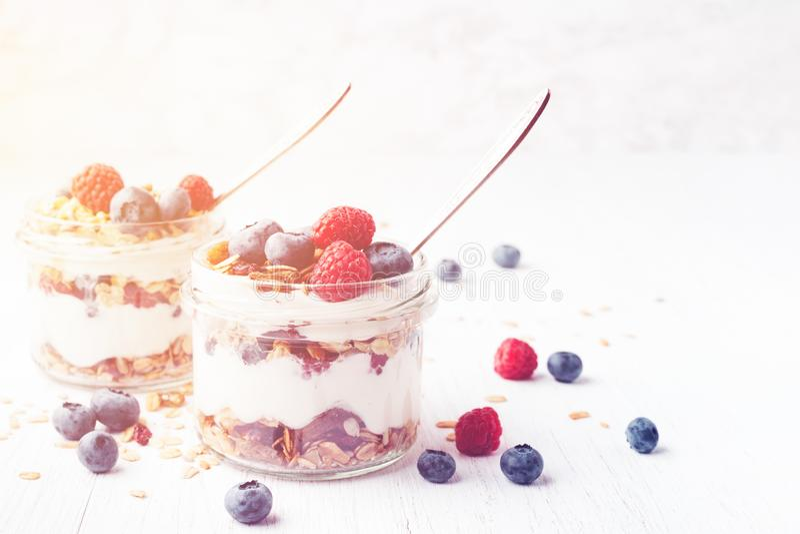 Parfait с granola, ягодами и йогуртом в опарниках стоковое фото rf
