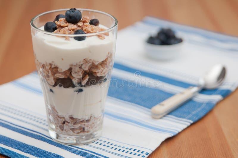 Parfait för blåbäryoghurt arkivfoton
