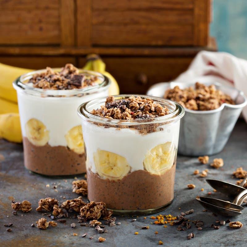 Parfait för chokladchiapudding med bananen fotografering för bildbyråer