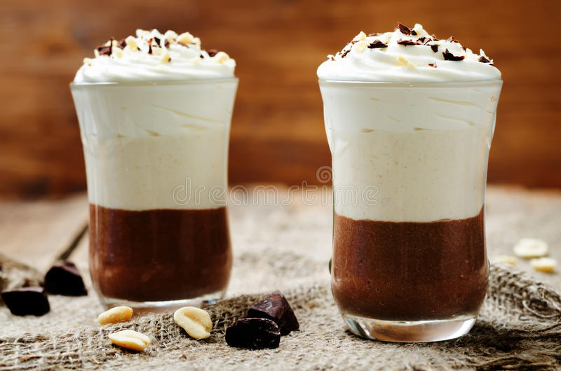 Parfait för mousse för choklad för jordnötsmör royaltyfri fotografi
