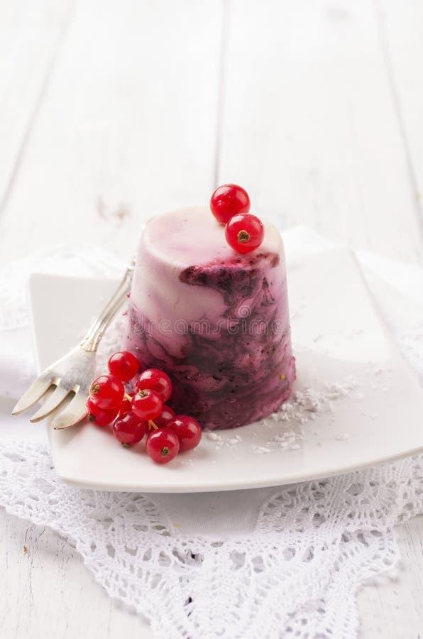 Parfait med den röda vinbäret arkivbilder