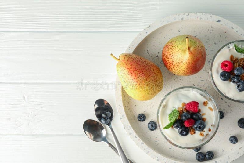 Parfaits en peren op witte houten lijst royalty-vrije stock afbeelding