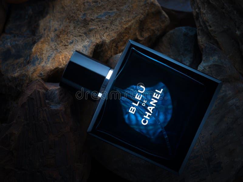 Parfum αρώματος UEBL de Chanel στο υπόβαθρο πετρών στοκ φωτογραφία με δικαίωμα ελεύθερης χρήσης