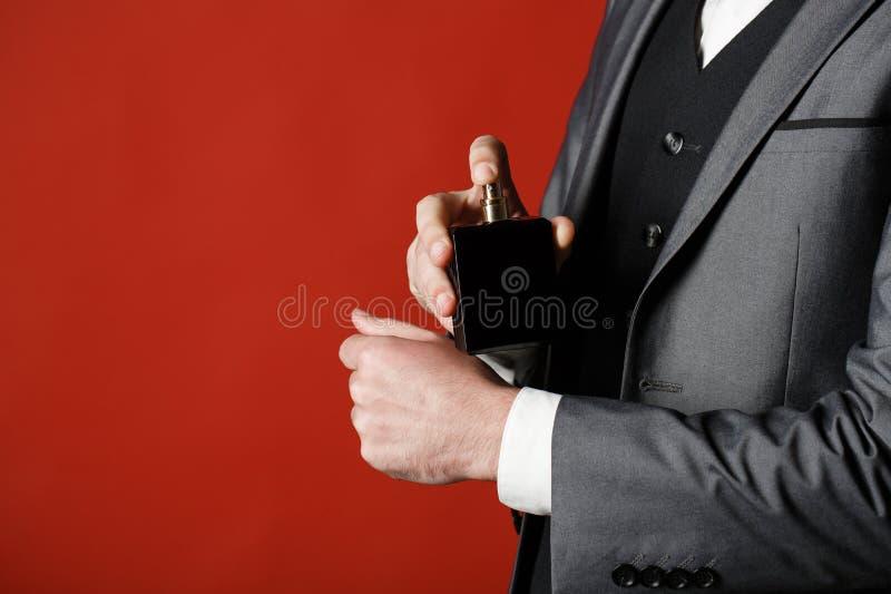 Parfum d'odeur Costume cher L'homme riche préfère l'odeur chère de parfum Parfum de parfum d'homme Bouteille de parfum ou de colo photographie stock