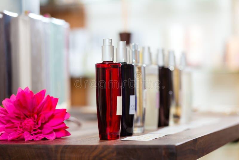 Parfum in drogisterij of winkel royalty-vrije stock afbeelding