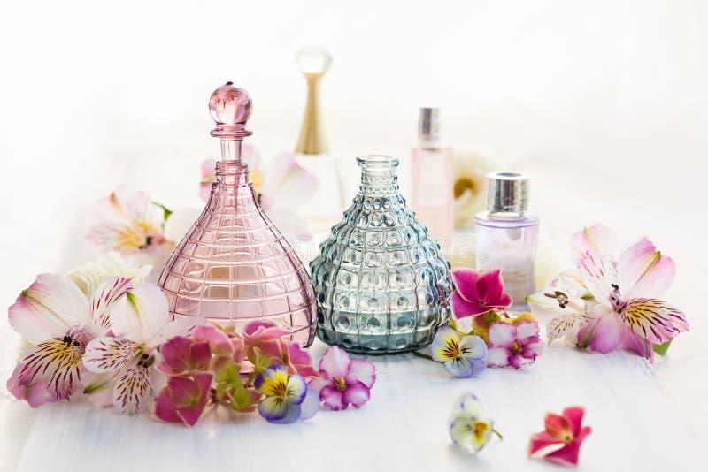 Parfum en aromatische oliënflessen royalty-vrije stock afbeeldingen