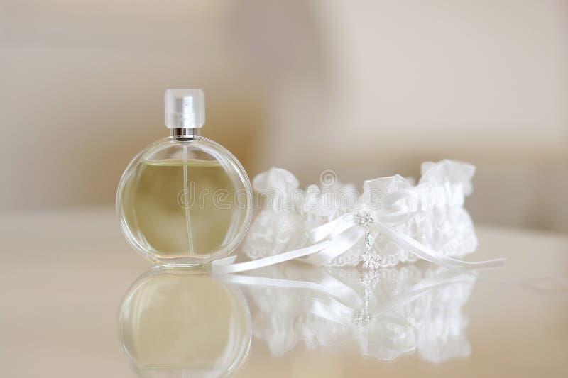 Parfum en een kouseband stock fotografie