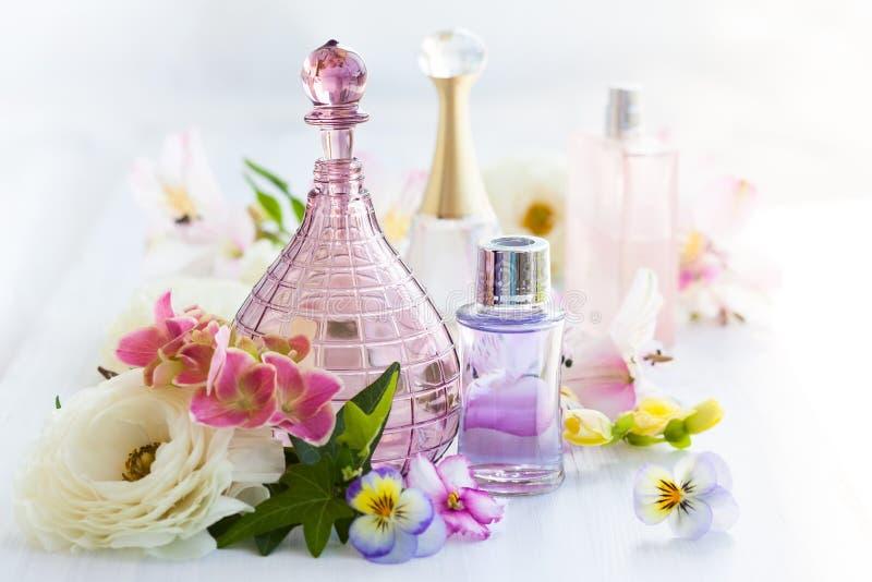 Parfum et bouteilles d'huiles aromatiques image libre de droits