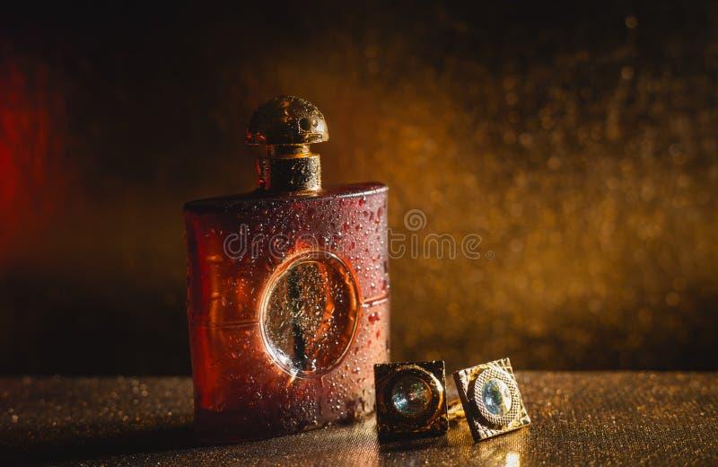 Parfum et boutons de manchette d'accessoires des affaires des hommes élégants image stock