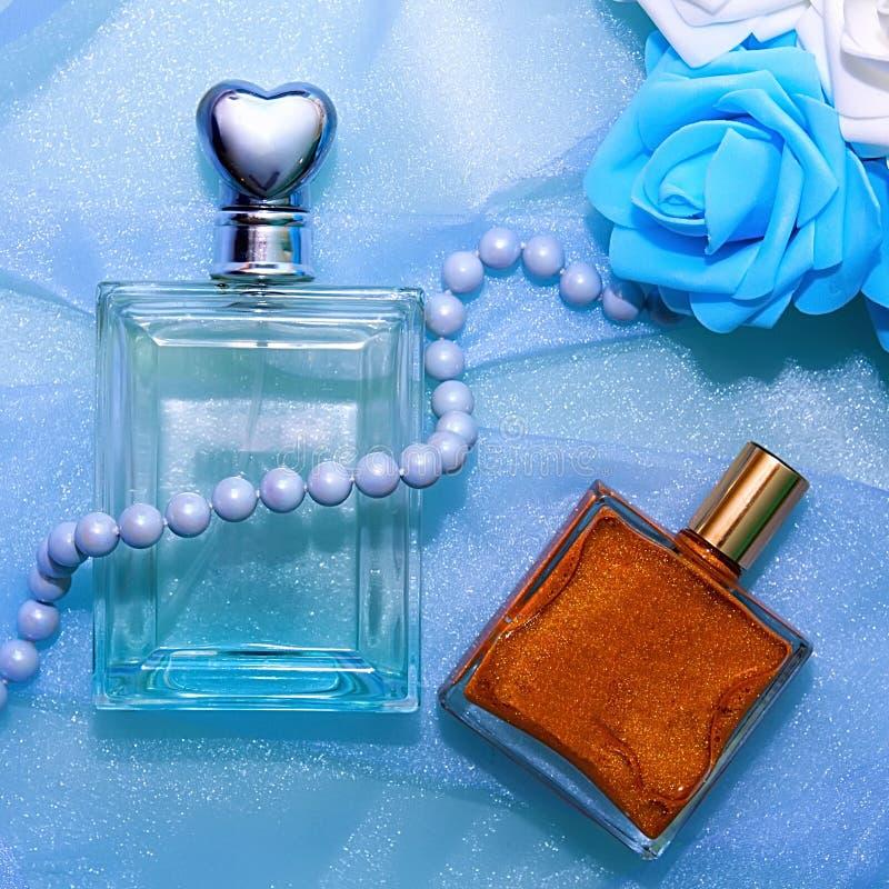 Parfum et fleurs dans le ton bleu photos libres de droits