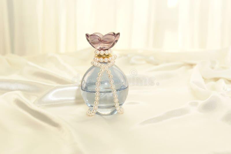 Parfum et perles images libres de droits