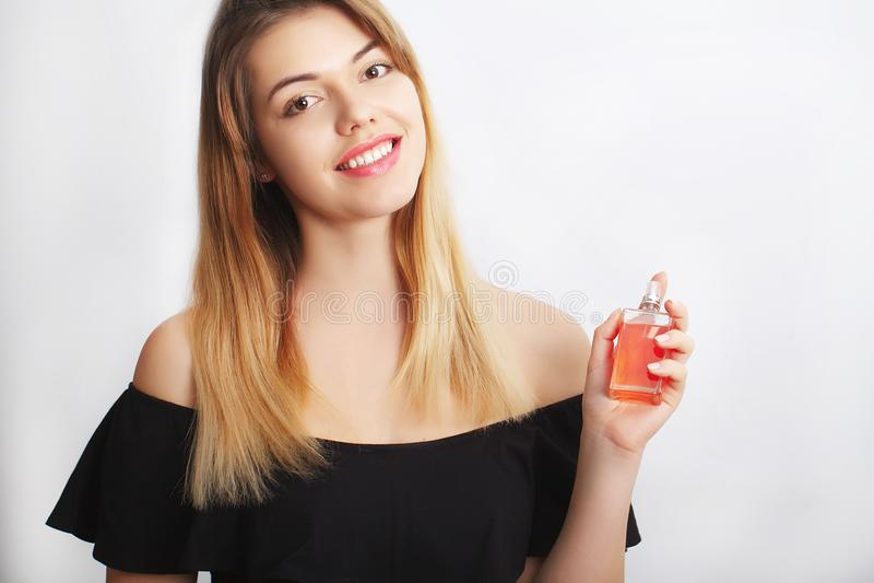 Parfum Jong mooi vrouwen ruikend aroma met genoegen, beeld stock afbeelding