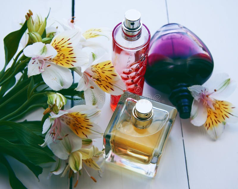 Parfum met bloemen stock foto