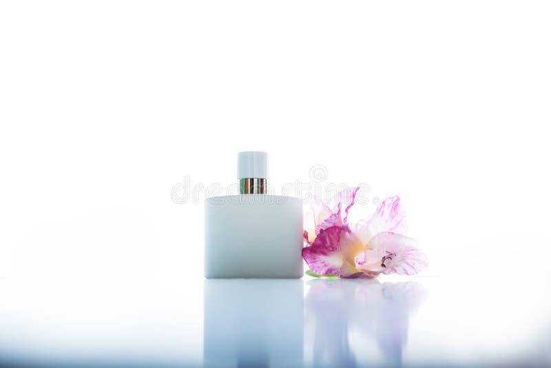 Parfum met roze bloemen royalty-vrije stock foto