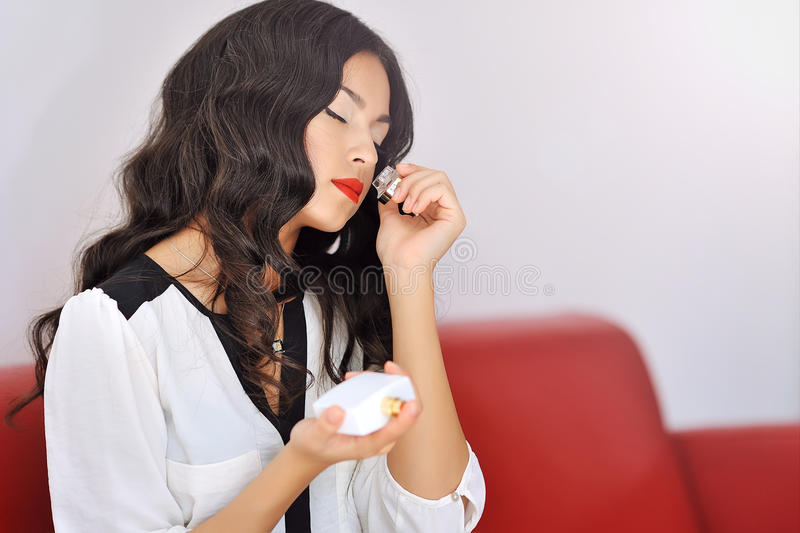 Parfum sentant de femme image stock