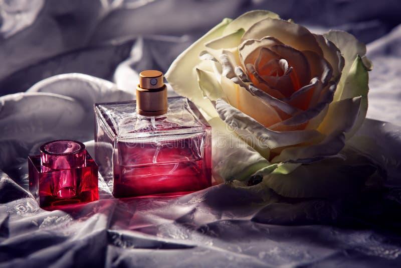 Parfume瓶与上升了 免版税库存图片