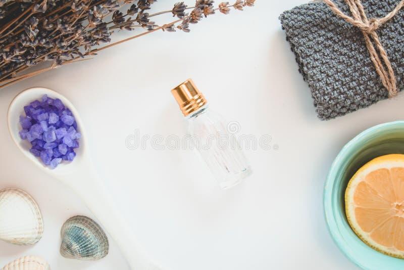 Parfume,淡紫色、柠檬、特里毛巾、海盐、seastones和贝壳花在白色背景 库存图片