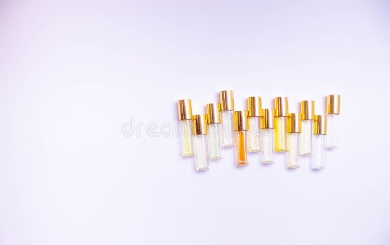 Parfumez les fioles en verre d'appareil de contrôle de différentes sortes sur le fond clair Appareils de contrôle de parfum pour  image stock