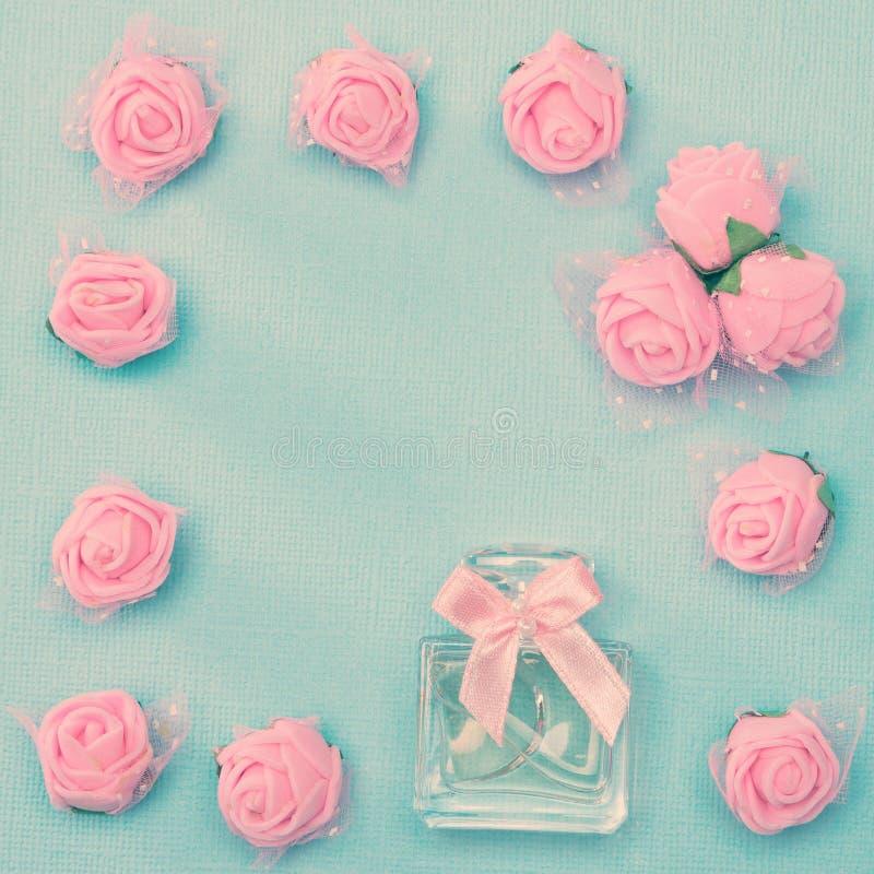 Parfumfles in bloemenkader stock afbeeldingen