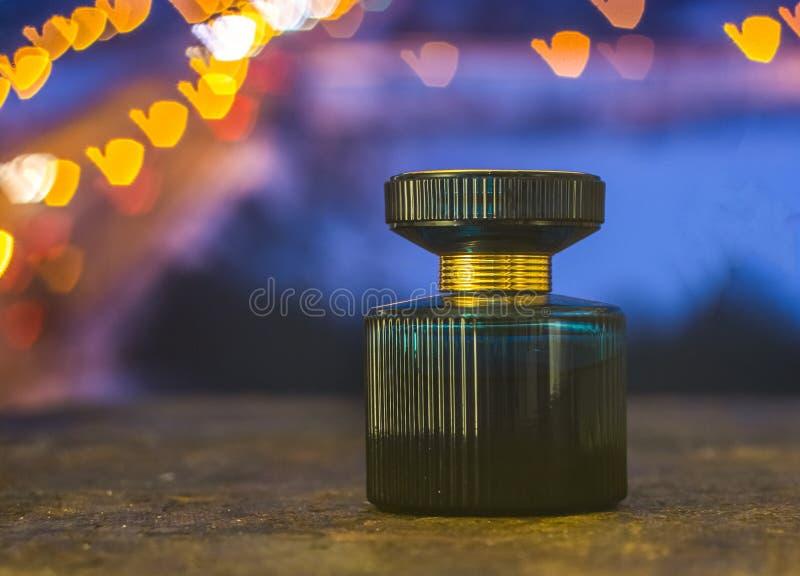 Parfumfles op de achtergrond van kleurrijke bokeh royalty-vrije stock foto