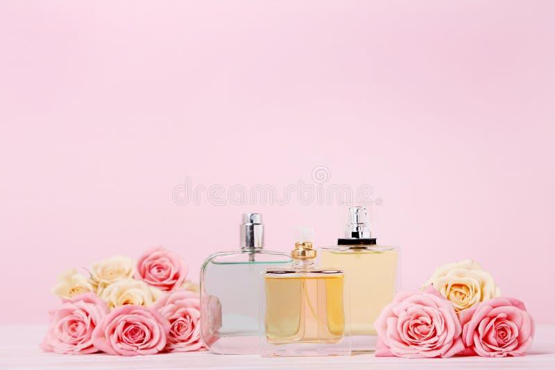Parfumflessen met rozen stock foto