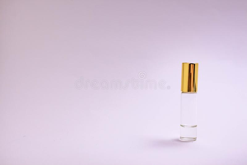 Parfummeetapparaat De kleine fles van het parfumglas met gouden GLB Ruimtetekst Het concept minimalism Model stock foto's