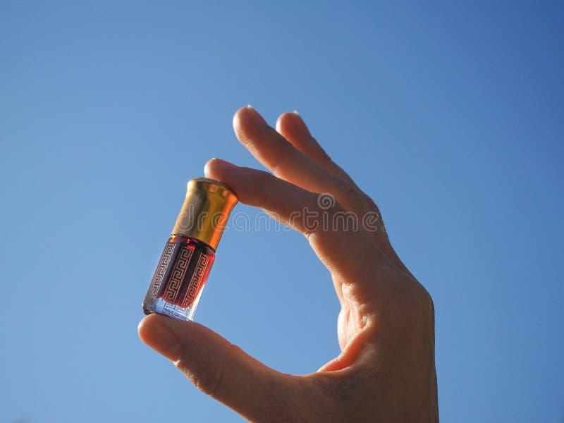 Parfums Arabes de parfum d'essence d'oud ou d'huile d'agarwood dans la mini bouteille photos libres de droits