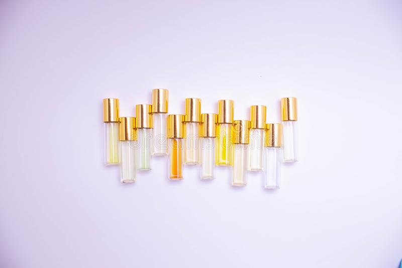 Parfymera exponeringsglastestersm? medicinflaskor av olika sorter p? ljus bakgrund Doftpr?vkopia royaltyfri foto