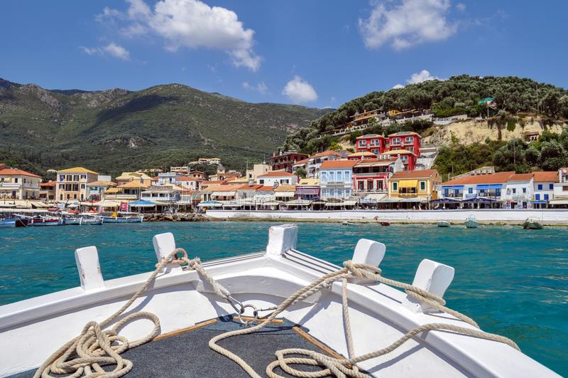 Parga,伊庇鲁斯同盟-希腊 Parga镇全景,当在船上时接近镇 从小船的弓的看法 免版税库存图片